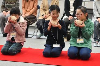 緊張しながら抹茶を味わう児童