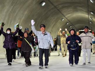 立丸第1トンネルを歩き、開通を喜ぶ参加者=17日、宮古市小国