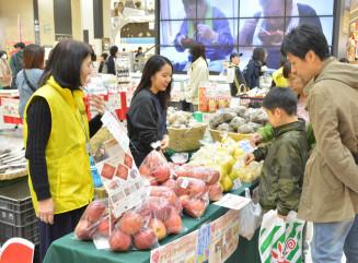 障害者就労支援事業所の農産物や加工品が並ぶ販売会
