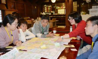 外国人向けのマップ作りに向け、アイデアを出し合う参加者