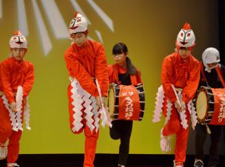 元気に川口きつね踊りを披露する小中学生