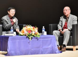 対談する童門冬二さん(右)と高橋克彦さん