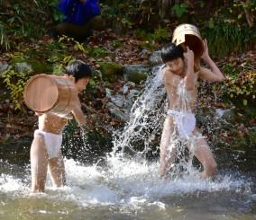 「蘇民将来」と気合を入れながら水をかぶり身を清める子どもたち