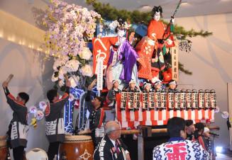 盛岡山車推進会の60周年を記念し、太鼓を打ち鳴らす子どもたち