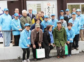 ガイド人数5万人突破を祝う九戸城ボランティアガイドの会のメンバー