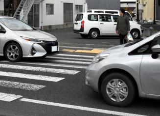 盛岡市月が丘の横断歩道を渡ろうとする歩行者。車はなかなか止まらなかった(画像の一部を加工しています)