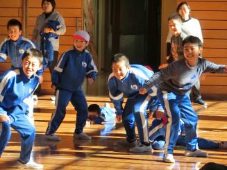 業間運動でだるまさんが転んだを楽しむ湯田小の児童(同校提供)