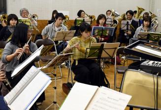 節目の定期演奏会に向け、練習に熱が入る盛岡吹奏楽団の団員