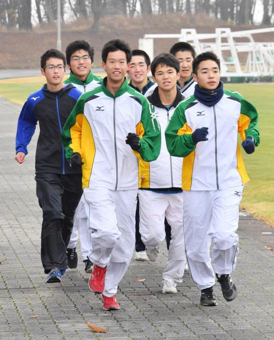 23日の本番に向けて、最終調整に汗を流す軽米高のメンバー=北上市・北上総合運動公園