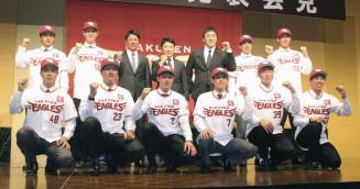 記者会見でポーズをとる、楽天新入団の鈴木翔天投手(後列左から2人目)ら=22日、仙台市