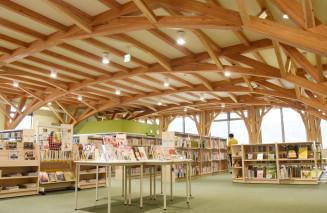 林野庁長官賞に選ばれたおしゃっちの3階の図書館。柱がなく開放的な空間となっている