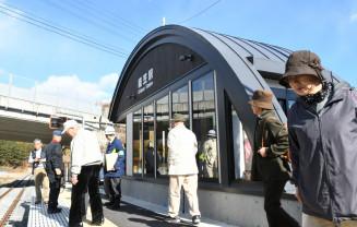 復旧した織笠駅で、内装や外観に目を向ける沿線住民