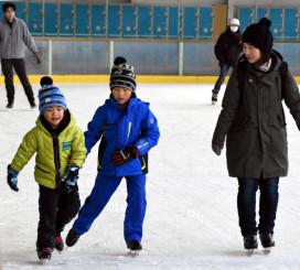 氷の感触を楽しむ親子連れ