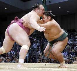 錦木(右)が寄り切りで宝富士を破る=福岡国際センター