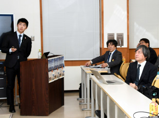 阿部優樹さん(左)の講演に耳を傾ける来場者