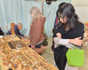 ミズナラやコナラの木で作ったブローチなどが並んだ学園祭