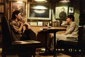 映画「影裏」の一場面。語り合う綾野剛さん(右)と松田龍平さん