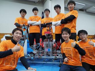 全国高専ロボコンで優勝したロボット「一角鯨」と「一角獣」を囲む学生(一関高専提供)