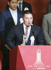 パ・リーグのMVPを受賞し、笑顔でスピーチする西武・山川=27日、東京都内のホテル