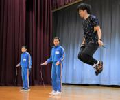 縄跳び王者 技を伝授 一関・赤荻小で教室