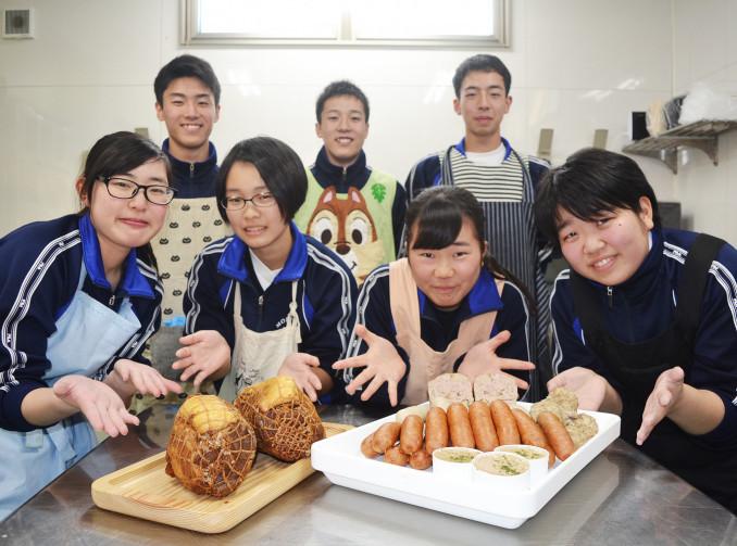 自分たちで育てた豚の肉を加工した盛岡農高の生徒たち。来月5日には販売体験を予定する