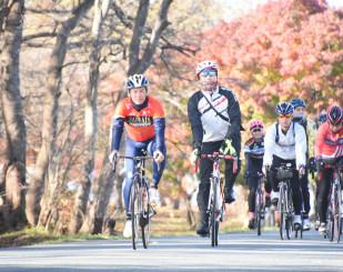 自らの名が付いたコースをサイクリングする新城幸也さん(左)と愛好者たち