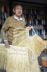 スネカの装束を調える片山喜吉さん。「これからも支えていきたい」と意気込む=大船渡市三陸町越喜来