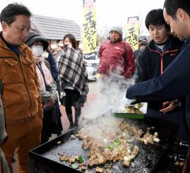 九戸村産鶏肉の鉄板焼きを求めて列を作る来場者
