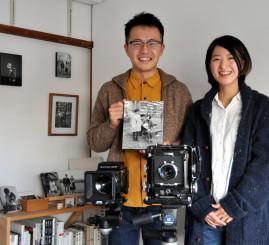 大判や中判のカメラを使い、緻密で階調豊かな白黒写真を提供する斉藤宙さん(左)と冴海さん