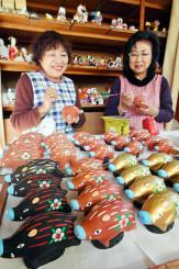 明るい新年を願い、イノシシの人形作りに励む平賀恵美子さん(左)=30日、花巻市桜町