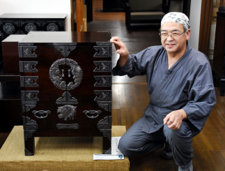 脚付き両開き舟箪笥の製作のこだわりを紹介する菅野好平さん