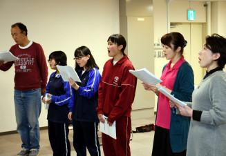 音楽朗読劇に向けて歌の練習に励むみやこ市民劇ファクトリーのメンバー