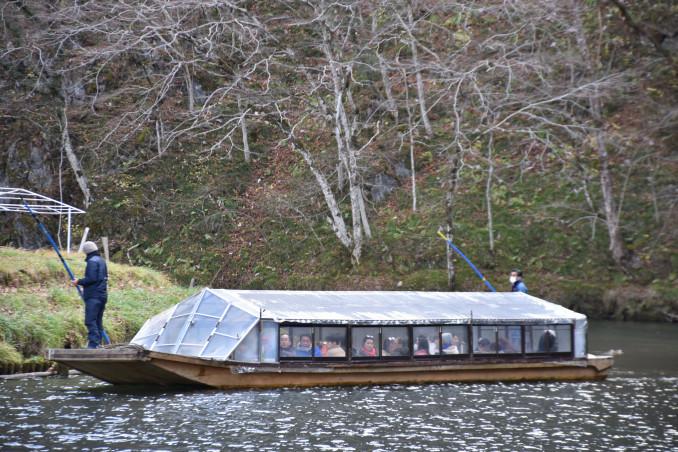 こたつ舟で渓谷の景色を楽しむ観光客
