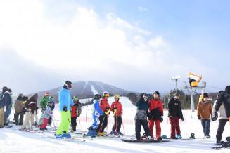 今季初の雪を求め、ゲレンデに詰めかけたスキーヤーやスノーボーダー。リフトには長い列ができた=1日午前9時45分、八幡平市・安比高原スキー場