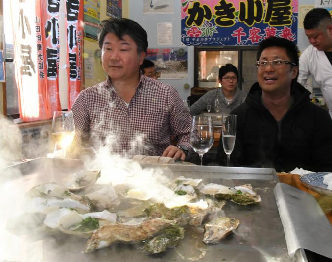 カキ小屋で山田産食材を活用したフルコースを堪能する参加者ら