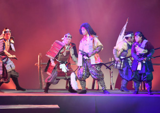 師走恒例の盛岡文士劇が開幕。真剣なまなざしで舞台に立つ、「柳は萌ゆる」の出演者たち=1日、盛岡市松尾町・盛岡劇場