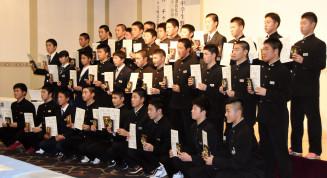 表彰を受け、記念撮影する選手たち