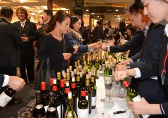 新酒など多くの銘柄を楽しむ参加者