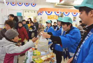 花北青雲高生が店頭に立ち、高校生開発商品が飛ぶように売れた冬マルシェ