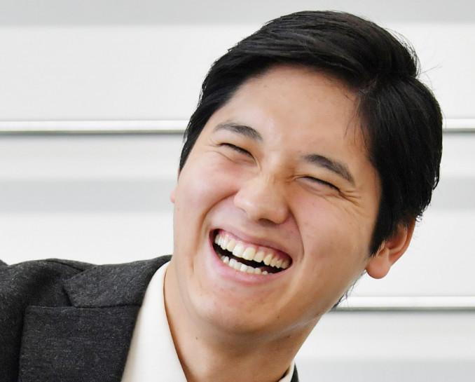 単独インタビューで笑顔で答えるエンゼルスの大谷翔平選手=2日、東京都内