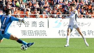 グルージャ盛岡-長野 前半15分、グルージャのFW谷口海斗(右)が先制ゴールを決める=長野市・長野Uスタジアム