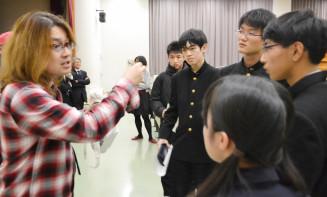 盛岡一高の生徒の質問に丁寧に答える斎藤武彦教授(左)。県内各地で科学の面白さを伝える
