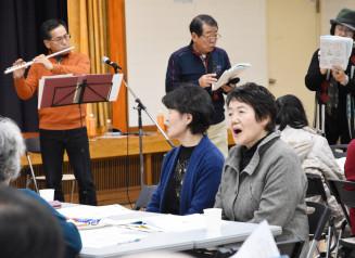 懐かしの曲を合唱し、心を通わせる参加者
