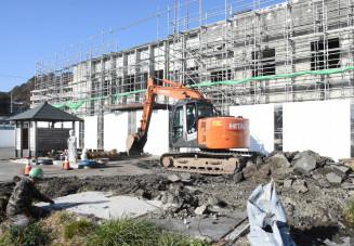 旧役場庁舎南側の更地で始まったアスファルト舗装などの撤去作業