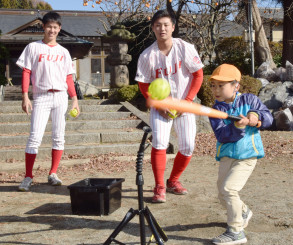 打撃を体験する園児と指導する(左から)鈴木翔天選手と佐藤龍世選手