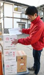 ウルグアイへの日本酒輸出に備えて作業する南部美人の社員