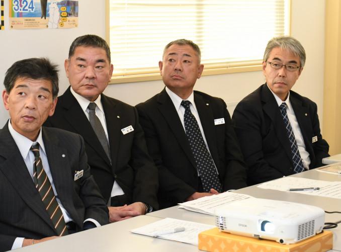 「多くの人に利用される三鉄にしたい」と入社式後の研修で決意を新たにする山崎正和さん(右)