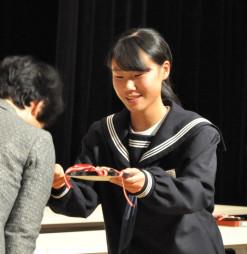 賞状を受ける及川陽夏さん