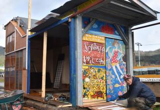 新たな「潮目」誕生に向け、非常階段を活用した小屋作りに励む片山和一良さん