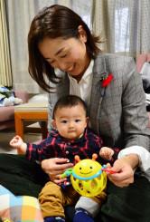 本会議前に議員控室で長男と接する吉田敬子氏